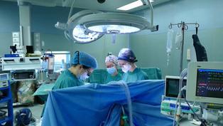 Realizan primer trasplante de tráquea del mundo en un paciente pos-COVID en Italia