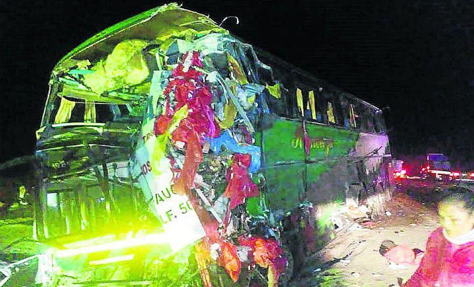 Choque de bus y trailer deja dos muertos