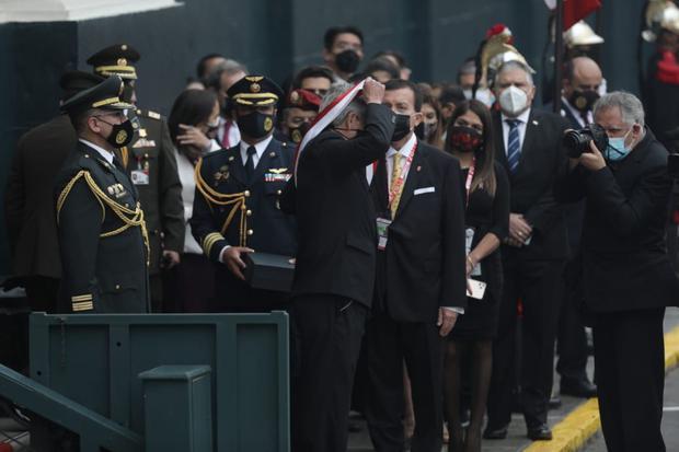 Francisco Sagasti entregó la banda presidencial al personal del Congreso fuera de la sesión solemne. (Foto: GEC)