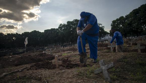 Brasil no registraba menos de 800 muertes diarias desde el 1 de marzo pasado, cuando fueron contabilizados 778 fallecimientos, y antes de que una segunda ola de la COVID-19. (Foto: MAURO PIMENTEL / AFP)