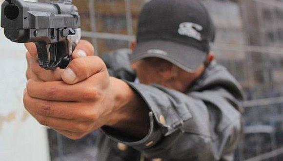 Falsos pasajeros amenazan con armas y roban automóvil a chófer