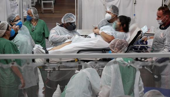 Trabajadores de la salud atienden a pacientes en tratamiento por COVID-19, en la ciudad de Santo André, en el estado de Sao Paulo (Brasil). (Foto: EFE/Sebastiao Moreira)