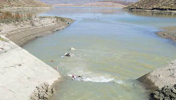 El río está contaminado durante décadas.