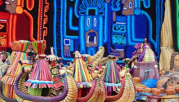 Se instalaron 15 puestos de venta para expender artesanías como barbijos, tapetes y billeteras bordados con figuras culturales. (Foto: Difusión)