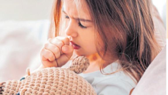 En el Perú, se aplica la protección contra este mal dentro de la vacuna pentavalente a niños de 2, 4 y 6 meses de vida y a embarazadas.