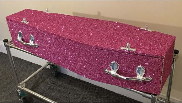 Compañía vende ataúdes con escarcha para que tu último adiós sea brillante (VIDEO)
