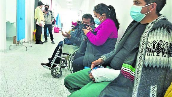 Pacientes esperan atención en hospital Yanahuara. (Foto: Correo)