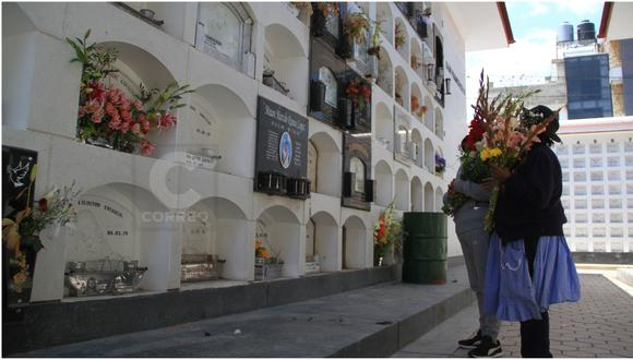 Familias llevan flores a las tumbas de sus seres queridos  Foto: Jheferson Meza/Photo@GEC