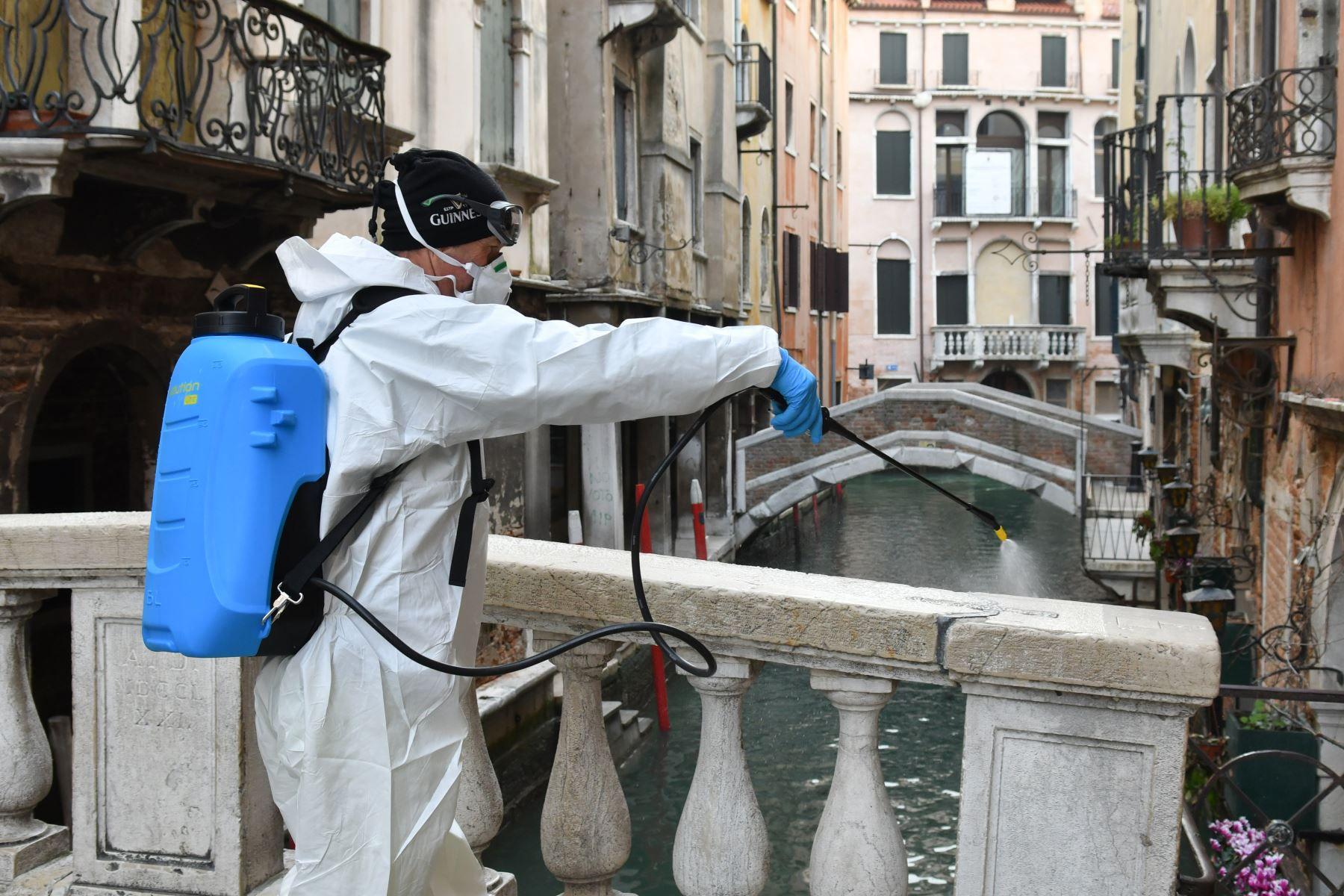 Las autoridades italianas informaron hoy que, en las últimas 24 horas, murieron 692 personas por coronavirus y se produjeron 34.767 nuevos contagios. (Foto: AFP)