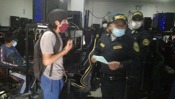 PNP intervino a 17 personas encerradas en una cabina de internet