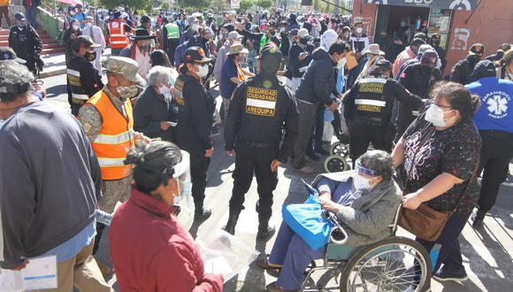 Decenas de ancianos tuvieron que formar largas filas para poder ingresar al estadio UNSA, no se respetó el distanciamiento. (Foto: Leonardo Cuito)