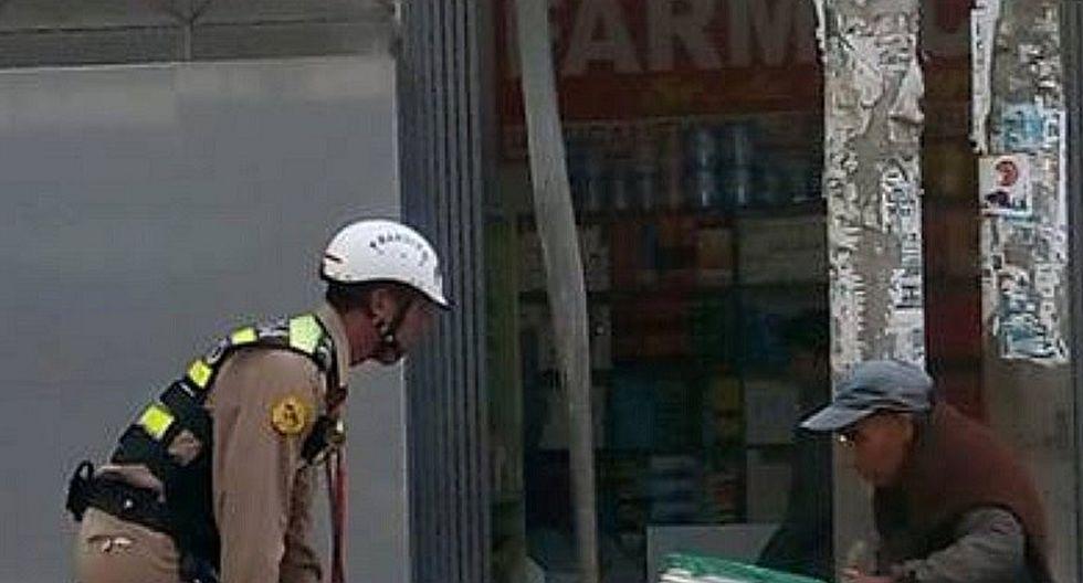 Policía ayuda a jalar carreta y se hace viral en Facebook
