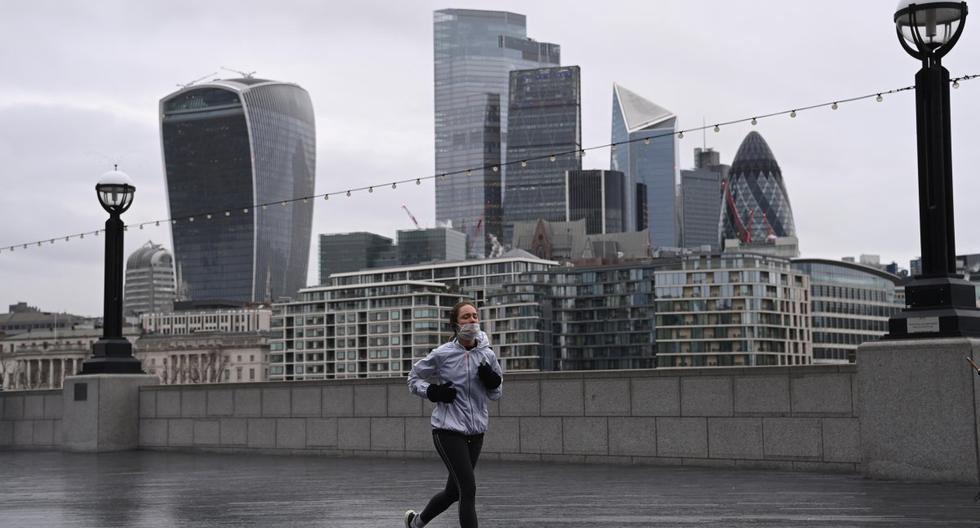 Una persona es vista corriendo en Londres, Reino Unido, el 5 de enero de 2020. (EFE/EPA/FACUNDO ARRIZABALAGA).