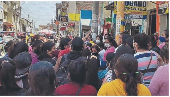 Vecinos se quejaron que decenas de mujeres se aglomeraron en la calle San Martín para cobrar el subsidio.