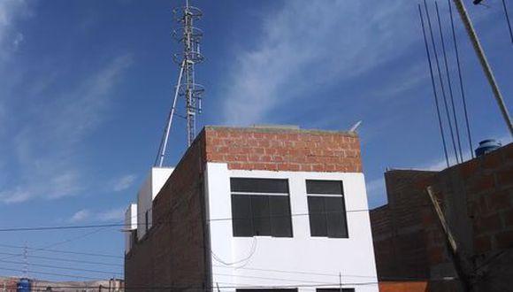 Vecinos exigen retiro de antena de telefonía