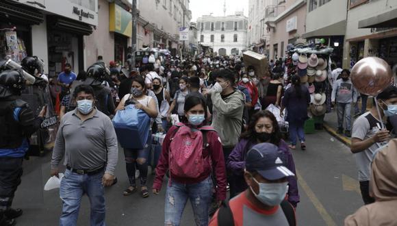 Ciudadanos comprando en Mesa Redonda, en plena pandemia de COVID-19.  @photo.gec)