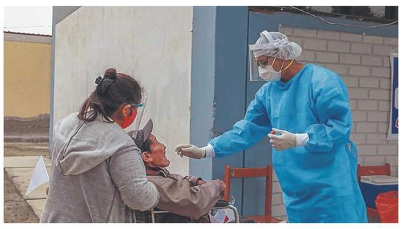 En el colegio Eleazar Guzmán Barrón acudieron al segundo día de intervención 658 pobladores para el descarte de la enfermedad.