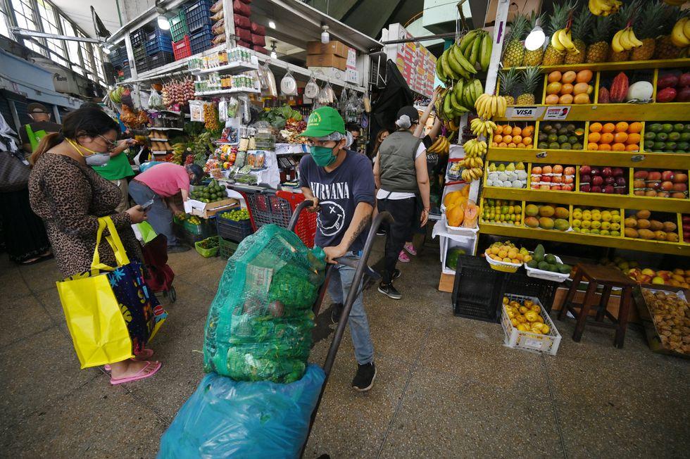 Coronavirus: Típica imagen de un mercado en Lima durante la cuarentena por el Covid-19. Foto: AFP.