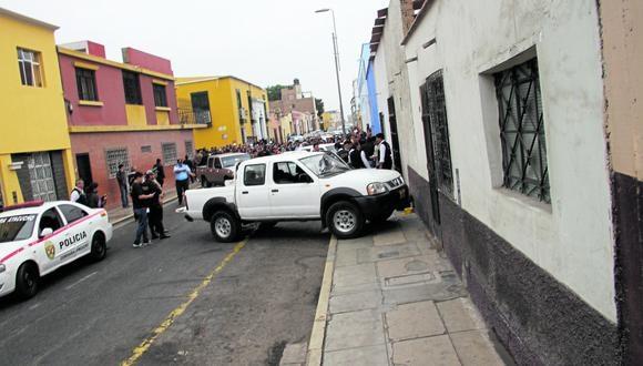 Tres presuntos delincuentes son sorprendidos por la Policía cuando pretendían robarles una camioneta a dos mujeres.
