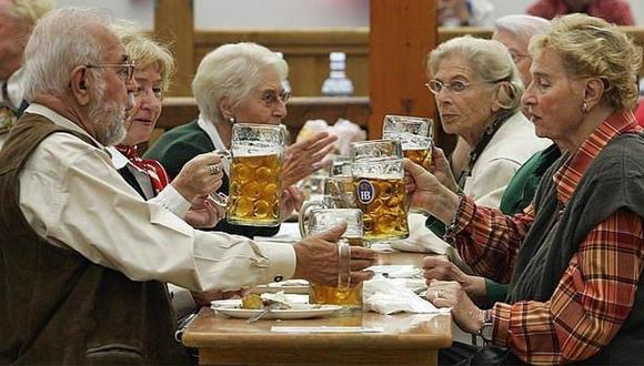 Estudio sostiene que adultos mayores también consumen alcohol en exceso