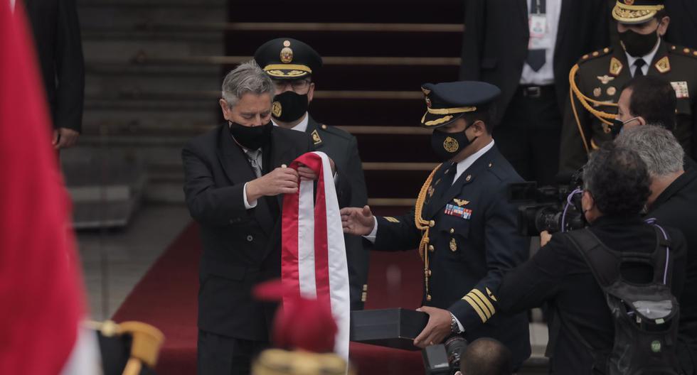 Francisco Sagasti entregó la banda presidencial fuera del Congreso