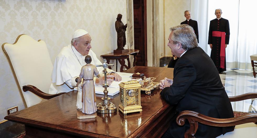Francisco y el presidente de Argentina, Alberto Fernández. (Foto: AFP)