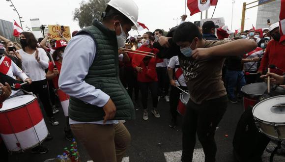 Mientras ayer proseguía el lento escrutinio de la segunda vuelta, piquetes de simpatizantes de Perú Libre y Fuerza Popular deambularon por los alrededores de la ONPE, donde se manifestaban para exigir un riguroso conteo, aunque, por supuesto, cada grupo buscaba en el fondo ver ganador a su candidato. La Policía se desplegó para resguardar el organismo electoral. (Foto: Jorge Cerdan / @photo.gec)