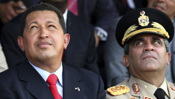 En esta foto de archivo tomada el 9 de diciembre de 2006, el expresidente venezolano Hugo Chávez y el exministro de Defensa Raúl Baduel observan el vuelo de aviones rusos Sukhoi. (Foto: Jenny FUNG / AFP)