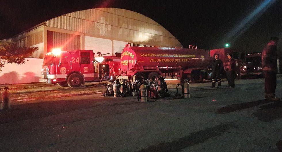 Voraz incendio causa daños cuantiosos en dos galpones en Zofratacna