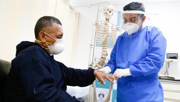 Un especialista de la salud evaluando a un hombre con posiblemente artritis | Foto: Sisol