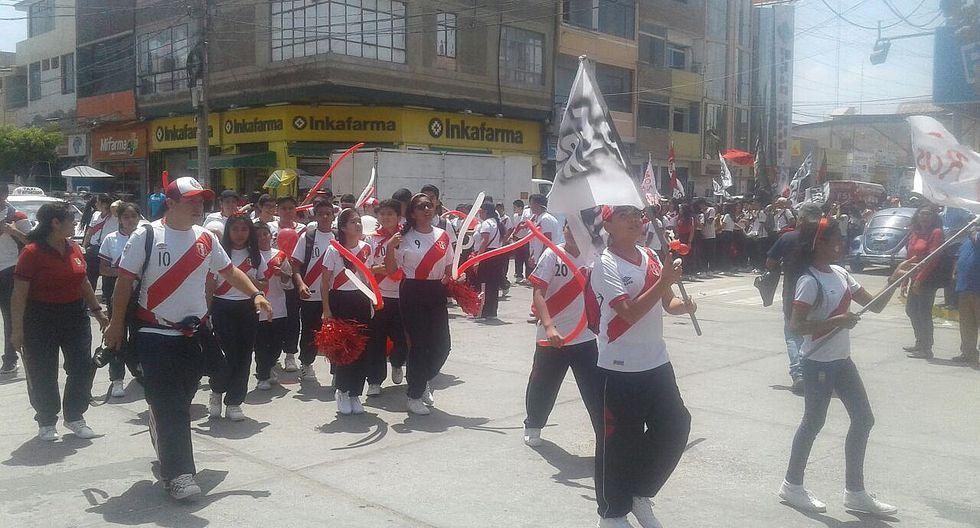 Perú vs Nueva Zelanda: Escolares de Chiclayo desfilan alentando a la selección (VIDEO)