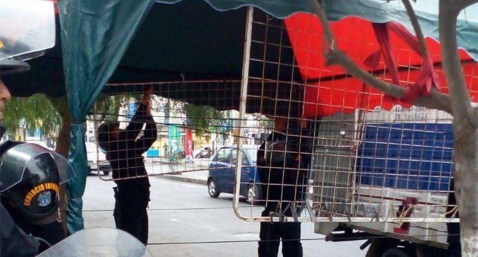 Retiran toldos de comerciantes ambulantes de la avenida España (FOTO)