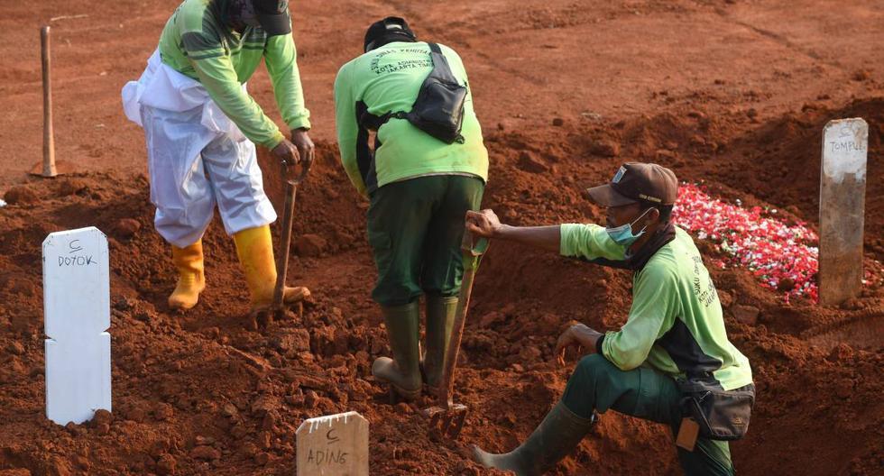 Imagen referencial. Los sepultureros trabajan en un lugar de entierro para las víctimas del coronavirus COVID-19 en el cementerio de Pondok Ranggon en Yakarta, el 16 de septiembre de 2020. (AFP / ADEK BERRY).