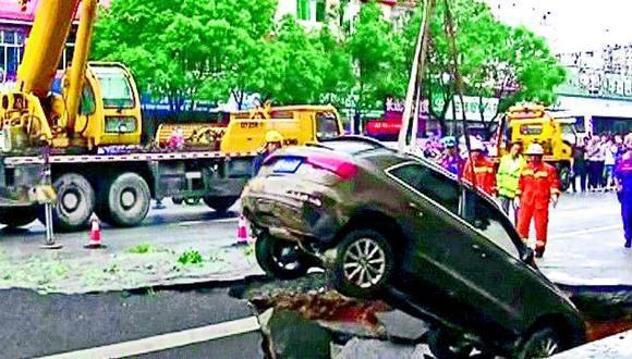 China: Tierra se traga a cuatro carros y un árbol