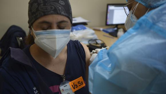 Para cumplir con el Plan Vacunarse, personal de salud trabaja en jornadas diarias para una atención integral a la ciudadanía que llega a la inoculación tras obtener una cita. (Foto: RODRIGO BUENDIA / AFP)