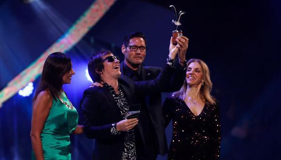El cantante argentino Nahuel Pennisi recibe el premio de la competencia folclórica el viernes, 28 de febrero de 2020, en el Festival Internacional de la Canción de Viña del Mar en Chile. EFE/Alberto Valdés