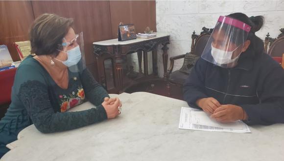 Rosario Sasieta conversando con Celia Capira, quien fue víctima de ataques a su vehículo y perros, en Arequipa. | Foto: Twitter.