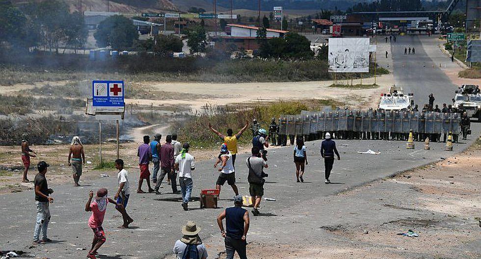 Venezolanos se enfrentan nuevamente a militares chavistas en frontera con Brasil (VIDEO)