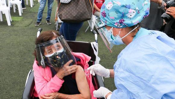 Actualmente en la región Tacna se vacuna a las personas mayores de 50 años y rezagados mayores de 60 años. (Foto archivo)