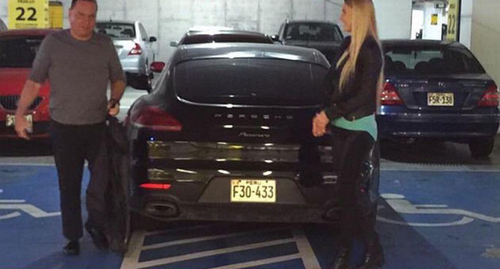 No imaginas lo que le pasó a este conductor por aparcar su auto en zona para discapacitados (VIDEO)