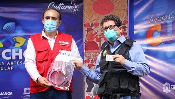 Entregan segundo lote de protectores faciales para usuarios de transporte público en Huamanga.