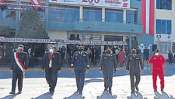 Funcionarios e integrantes de las Fuerzas Armadas rindieron homenaje al país en sus respectivas localidades. (Foto: Difusión)
