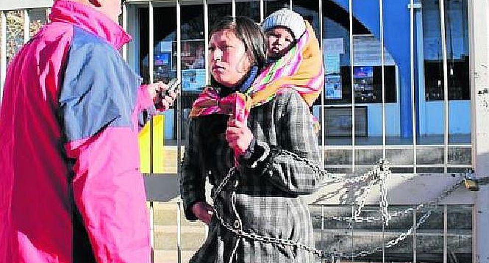 Puno: mujer se encadena por deuda de hace dos años con la municipalidad de Azangaro