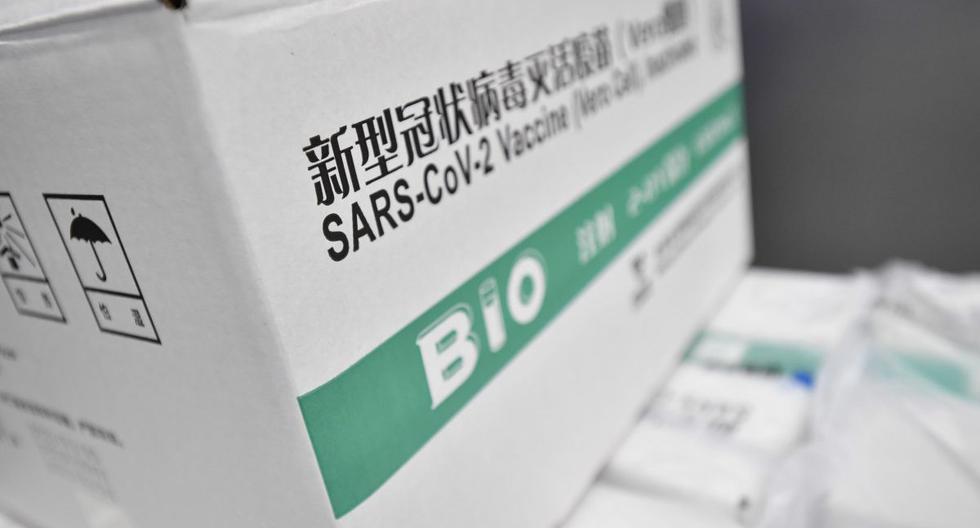 Imagen referencial. Una caja que contiene la vacuna contra el COVID-19 producida por la china Sinopharm está almacenada en el centro logístico del mayorista farmacéutico húngaro Hungaropharma en Budapest, el 16 de febrero de 2021. (EFE/EPA/MARTON MONUS).