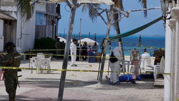 Peritos de criminalísticas en la zona donde ocurrió la balacera, en Playa Tortugas. (Foto: captura de pantalla   Noticaribe)