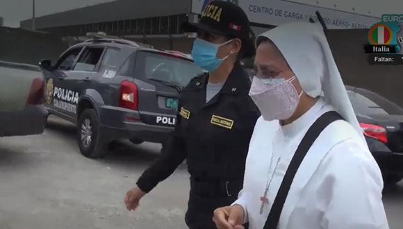 PNP detiene tres personas que entregaron una prueba molecular falsa para detectar el COVID-19 a una pasajera ecuatoriana que quería salir del país. (Captura: América Noticias)