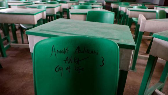 El nombre de una estudiante está escrito en una silla en un aula desierta en la Escuela Secundaria de Niñas del Gobierno en Jangebe, una aldea en el estado de Zamfara, al noroeste de Nigeria. (Kola Sulaimon / AFP)