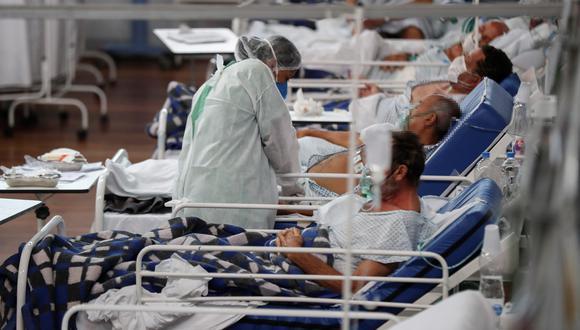 Una trabajadora de la salud atiende a pacientes con la covid-19, en el Hospital Municipal de Campaña Pedro Dell Antonia, el 15 de abril de 2021, en la ciudad de Santo André, en el estado de Sao Paulo (Brasil). EFE/ Sebastiao Moreira/Archivo
