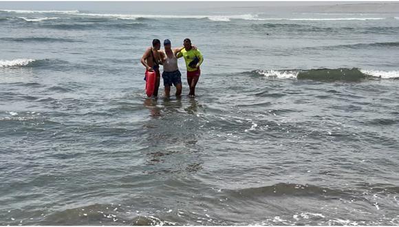 Salvavidas rescatan a tres bañistas de morir ahogados
