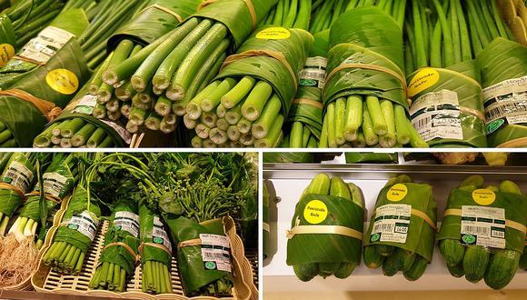Supermecado deja de lado las bolsas de plástico y utiliza hojas de plátano para envolver los alimentos